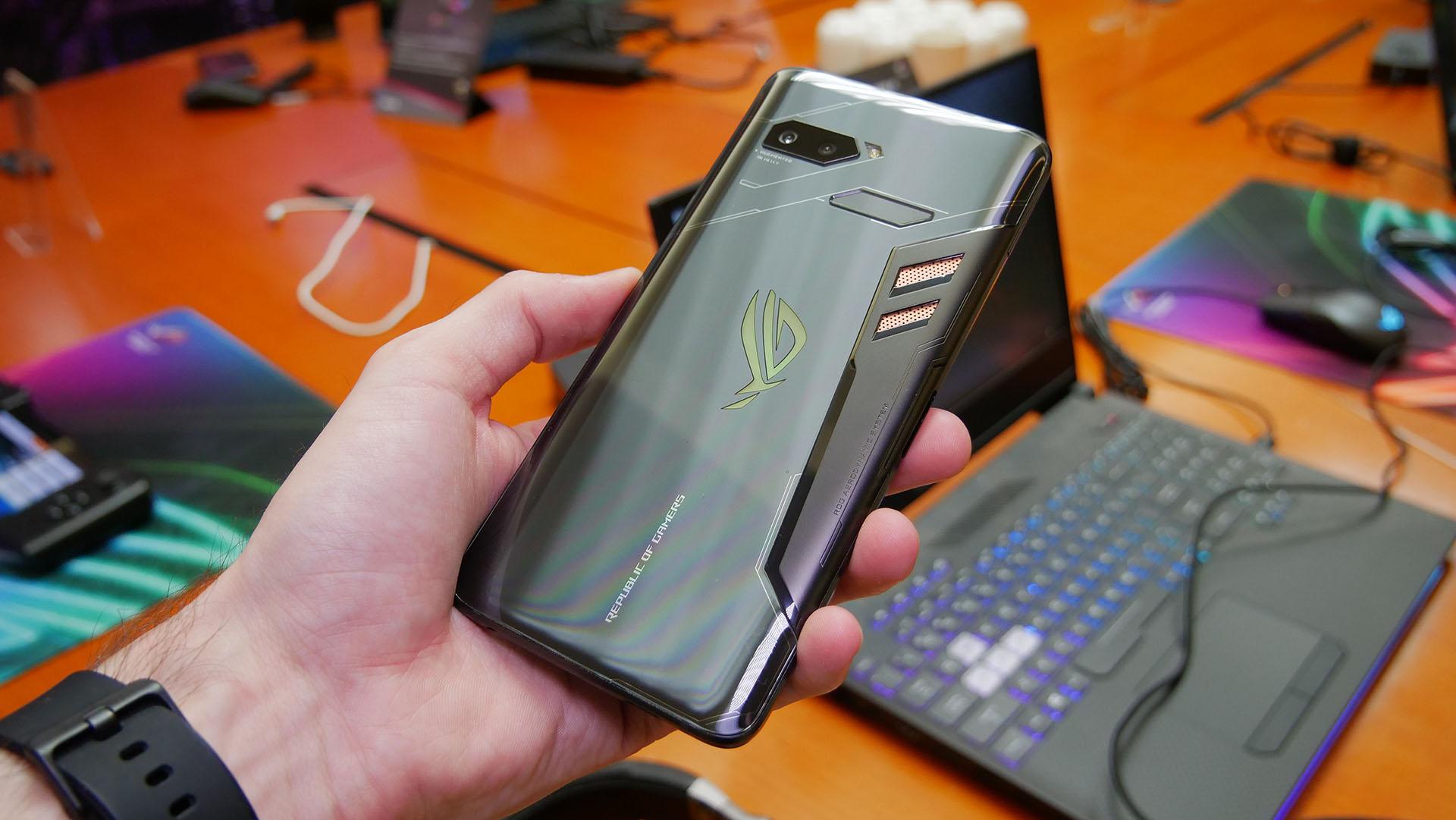 Az ASUS ROG Phone külsőre engem abszolút meglepett és nem mellesleg  pozitívan. Az előlapon egy 6 2b095c6bfd